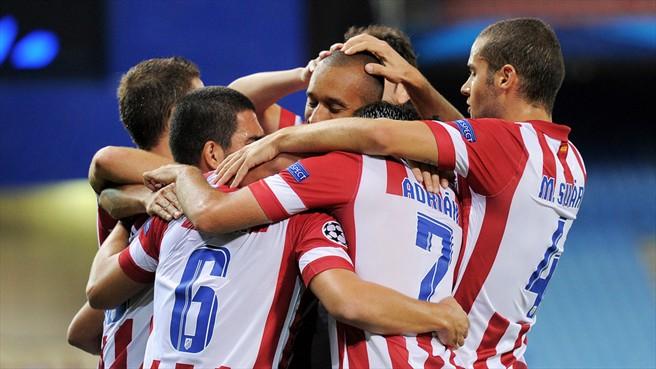 Jogadores abraçam Miranda que abriu o placar. (Foto: Getty Images)