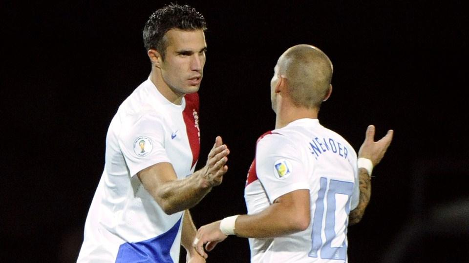 Van Persie e Snaider comemoram o segundo gol da vitória de hoje. (Foto: AFP)