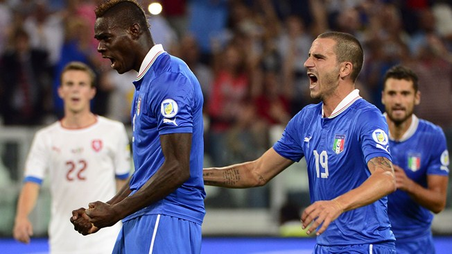 Balotelli comemora gol que deu a vitória de Virada aos Italianos sobre a Rep. Tcheca. (Foto: AFP)