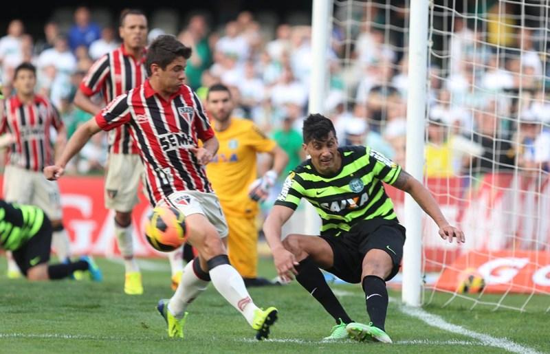 Osvaldo perde duas boas oportunidades e consegue ser expulso diante do Coritiba. (Foto: Rubens Chiri)