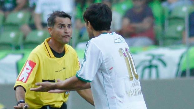 Valdivia reclama com o árbitro: jogo teve polêmica e até cusparada. Foto: Gazeta Press).