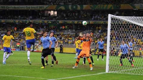 Paulinho sobe para cabecear e fazer o gol da sofrida vitóriabrasileira. (Foto de Michael Regan/Getty Images)