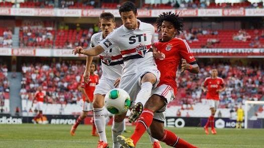 Maicon disputa bola contra Cortez, ex-lateral tricolor que agora defende o Benfica.