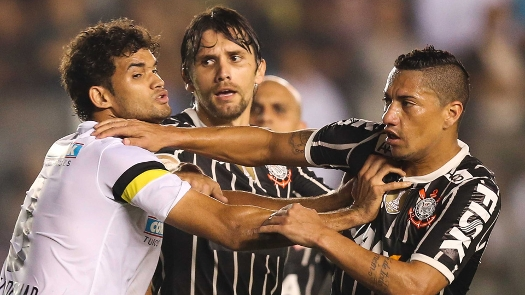 Paulo André e William José fazem gols, se desentendem e são expulsos. (Foto: Gazeta Press)