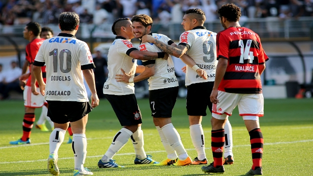Pato comemora gol com Ralf e Cia na goleada deste domingo diante do Flamengo. (Foto: Gazeta Press).