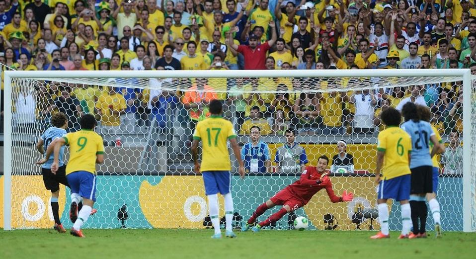 Julio César defende penalti e mantêm Brasil na partida, levando prêmio de melhor da partida. (Foto: Getty Images)