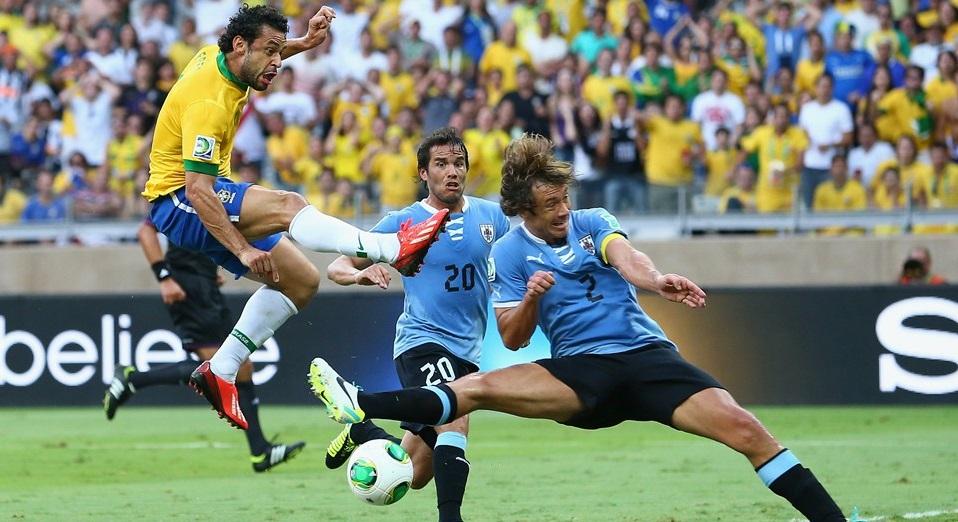 Fred bate de canela e abre o placar para o Brasil, após rebote de Muslera. (Foto: Getty Images)