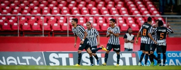 Jogadores do Santos comemoram gol de Giva que acabara de entrar no lugar de Willian José. (Foto: Uol)