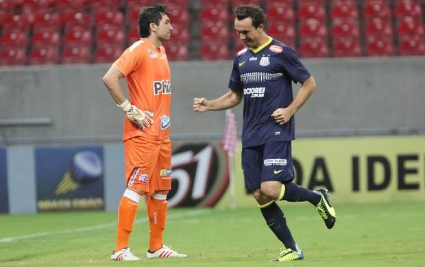 Thiago Ribeiro comemora gol, Ricardo Berna desolado ao fundo.  (Otávio de Souza/Agif/Agência Estado)
