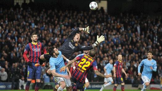 Destaque no 1º tempo, Valdés voa em busca da bola. (Foto: Getty)