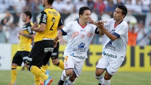 Guaru comemora o gol que abriu caminho para a vitória do Santos sobre a Penapolense (Foto: Gazeta Press)