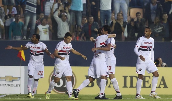 Luis Fabiano comemora com Ganso o gol de empate. (Foto: Rubens Chiri)