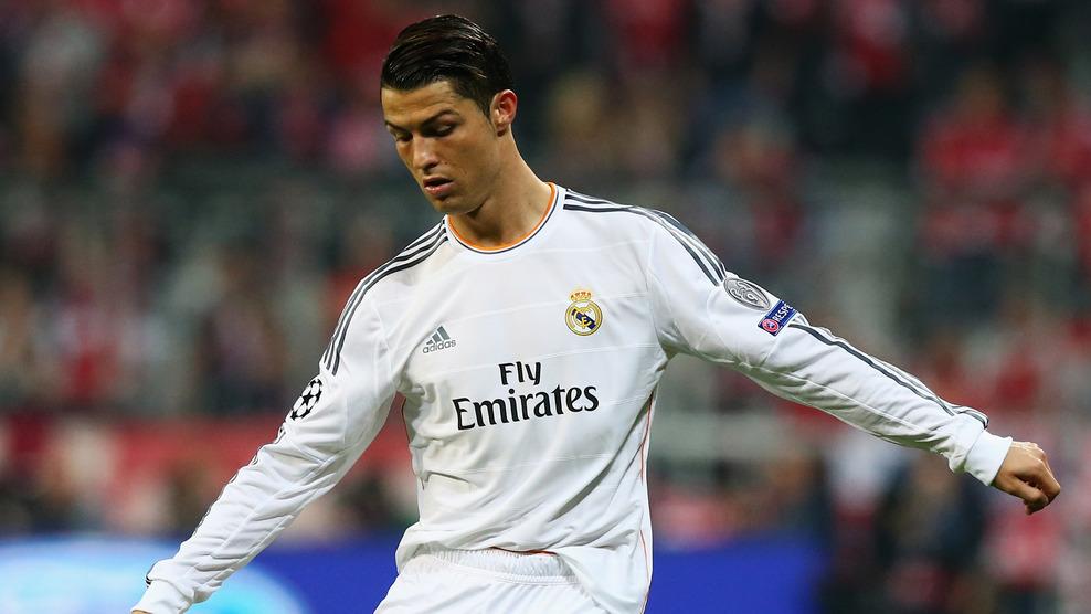 Cristiano Ronaldo batendo a falta que originou o quarto gol do Real Madrid, diante do Bayern. (Foto: Getty)