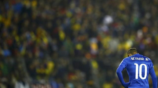 Neymar desolado, foi apático e nervoso durante toda partida até ser expulso. (Foto: Reuters)