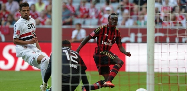 Boateng chuta entre as pernas de Denis.(AP Photo Matias Sherader)