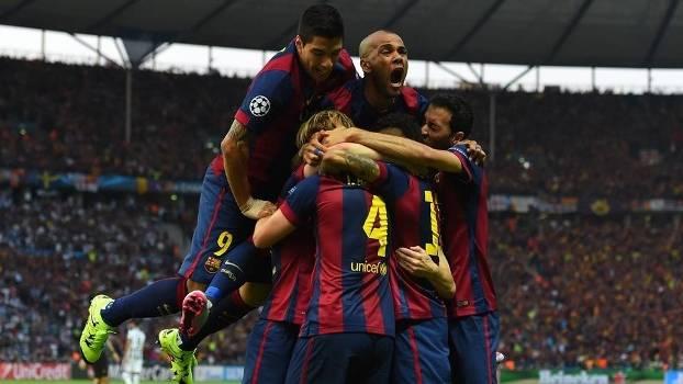 Jogadores do Barcelona comemoram com Rakitic, autor do primeiro gol. (Foto: Getty)