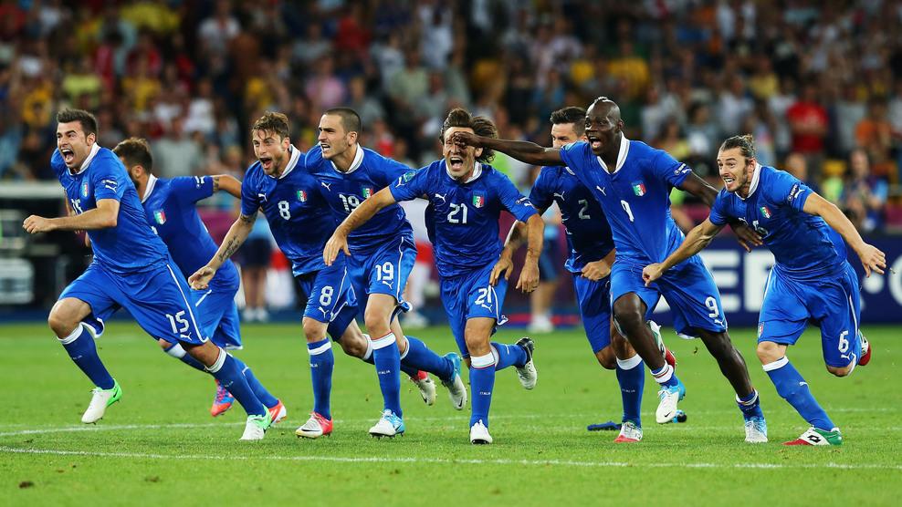 Jogadores italianos vibram após vitória nos pênaltis (Foto: Martin Rose/Getty Images)