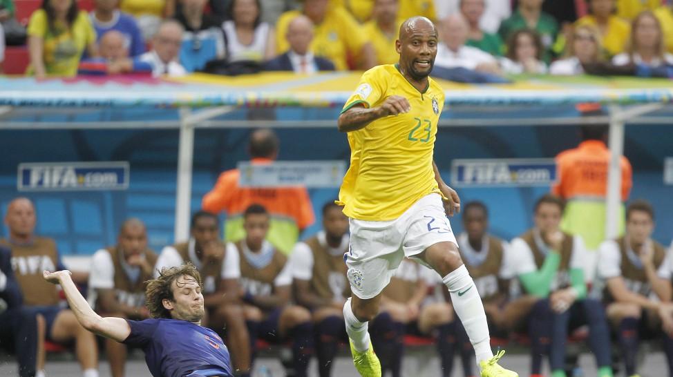 Maicon recebe carrinho de Blind que saiu contundido da partida após choque com Oscar.  O lateral holandes ainda fez o segundo gol da partida(Foto: Getty)