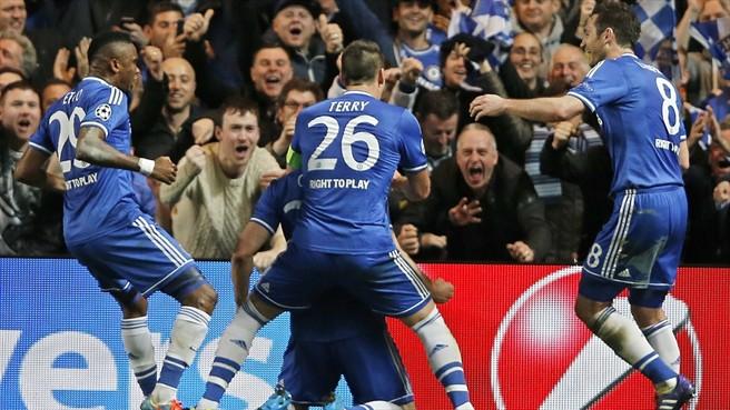 Cahil comemora segundo gol com a torcida. (Foto: Getty)