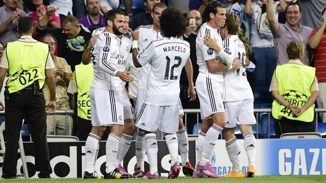 Madrilenhos comemoram gol que abriu o placar após chute de Nacho que desviou na zaga. (Foto: Reuters)