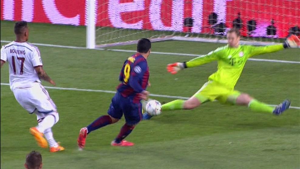 Neuer defendeu espetacularmente com o pé a bola de Soares. (Foto: AP)