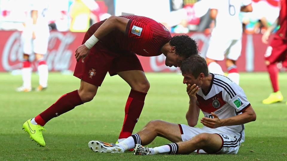 Pepe é expulso após dar cabeçada em Thomas Müller. (Foto: Getty)