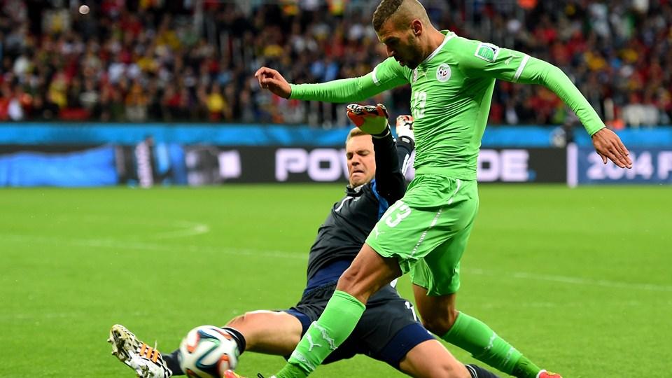 Neuer praticamente atuou como zagueiro, por 7 vezes saiu com os pés na partida. (Foto: Getty)