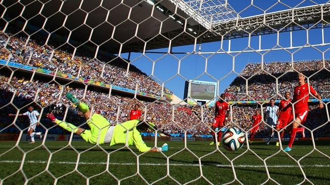 Bola entra no gol suíço nos últimos minutos da prorrogação. (Foto: Getty)