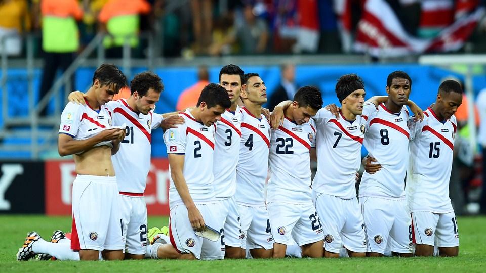 Momento de união e fé da equipe Costariquenha aguardando as cobranças de penaltis. (Foto: Getty)