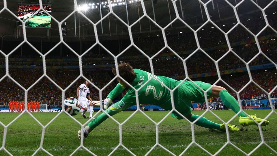 Krul voa e defende cobrança de Brian Ruis abrindo vantagem para a Holanda. (Foto: Getty).