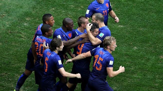 Holandeses comemoram o gol de Van Persie. (Foto: Getty)