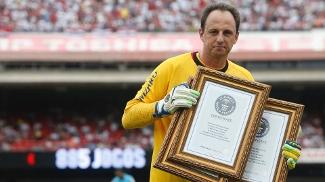 Rogério recebe placas comemorativas do Guinness Book. (Foto Divulgação)