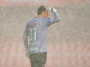 Rogério Ceni se protege da chuva no Morumbi. (Foto: Gazeta Press)