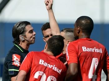 Perecles Basols teve sua arbitragem contestada. (Foto: Gazeta Press)