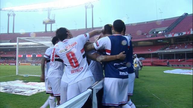 Kardec comemora gol junto aos companheiros de banco. (Foto: Reprodução)