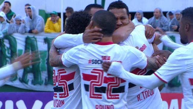 Jogadores tricolores comemoram com Souza o gol da vitória diante da Chapecoense. Foto: Reprodução)