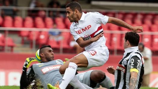 Douglas desvia na primeira trave e por pouco não faz o gol. (Foto: Gazeta Press)