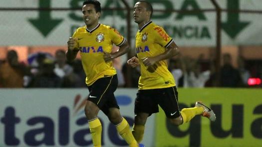 Jadson comemora o gol e o bom momento no Corinthians. (Foto: Gazeta Press)