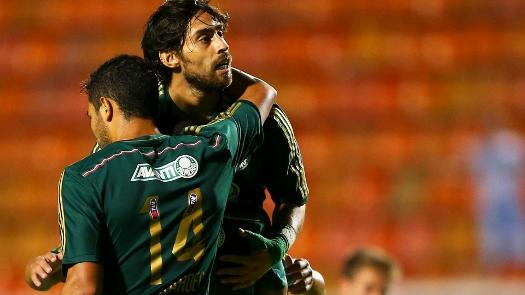 Valdivia comemora gol, antes de viajar para a Alenha, onde fará jogo pela seleção do Chile. (Foto: Gazeta Press)