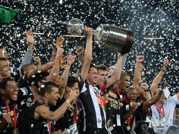 Rever levanta a taça de Campeão da Libertadores. ( Foto: AFP)