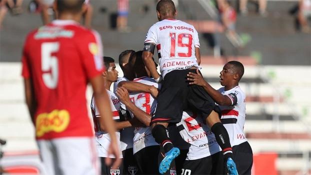 Jogadores do São Paulo comemoram gol de Lucas Evangelista. (Foto: Divulgação).