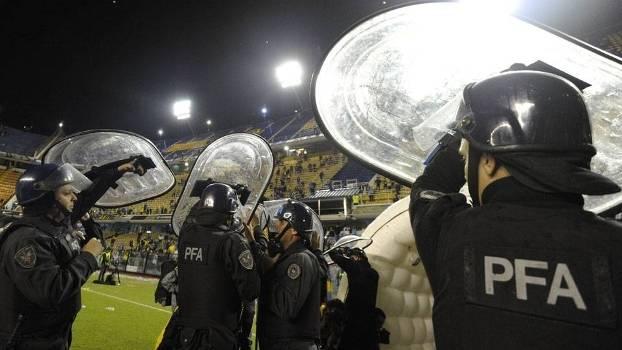 Guardas da Polícia Federal Argentina fazem corredor com escudos para atletas do River poderem ir ao vestiário. (Foto: Gazeta Press)