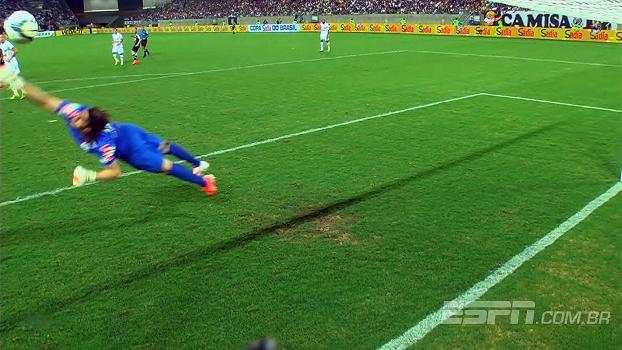 Cássio voa na bola, mas não consegue impedir o golaço de Sandro. (Foto: Reprodução)