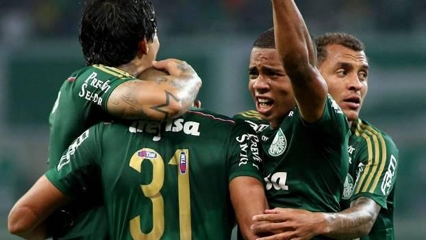 Jogadores Palmeirense comemoram gol de empate. (Foto: Gazeta Press)