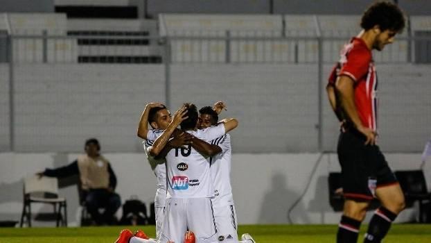 Jogadores da Ponte Preta comemoram gol da vitória contra o São Paulo. (Foto: Gazeta Press)
