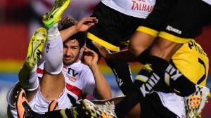 Pato se embola com zaga catarinense após finalização para o gol. (Foto: Gazeta Press)