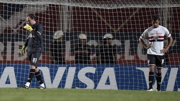 Rogério e Souza cabisbaixos após o gol do San Lorenzo. (Foto: Gazeta Press)
