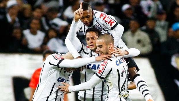 Jogadores comemoram o terceiro de Luiano. (Foto: Gazeta Press)