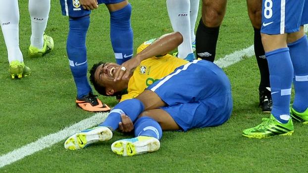 Paulinho sentindo tornozelo no jogo contra o México. (Foto: Getty)