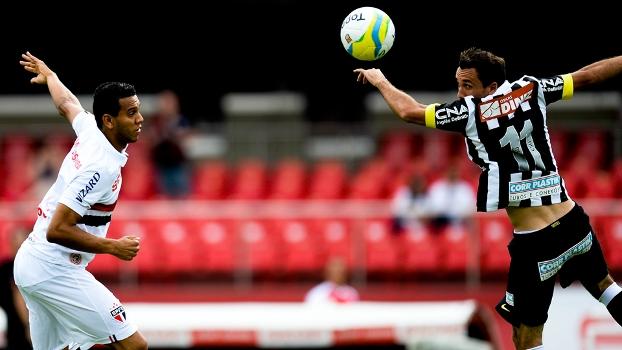Souza pelo São Paulo e Thiago Ribeiro pelo Santos disputam bola. (Foto: Gazeta Press)
